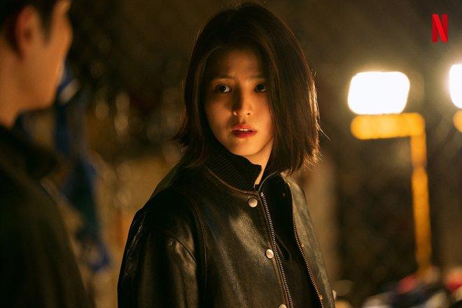 """Han So Hee lộ ảnh máu me be bét, đánh đấm cực ngầu ở phim mới, """"bad girl xăm trổ"""" tái xuất rồi đây! - Ảnh 3."""
