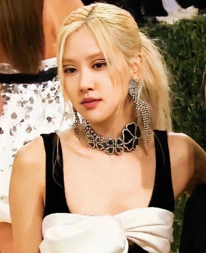 Ảnh & clip Rosé debut tại Met Gala 2021: Xinh nhưng hơi an toàn? - Ảnh 1.