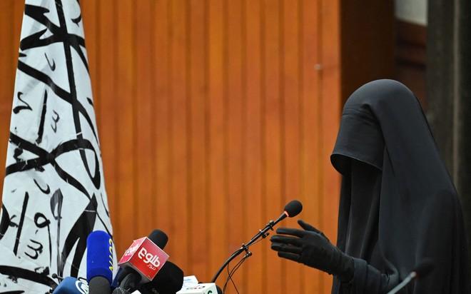 Bộ đồ kỳ lạ của phụ nữ Afghanistan: Phải bịt kín mắt để đi học, lo ngại lớn về lời hứa công bằng với phụ nữ của Taliban - ảnh 1