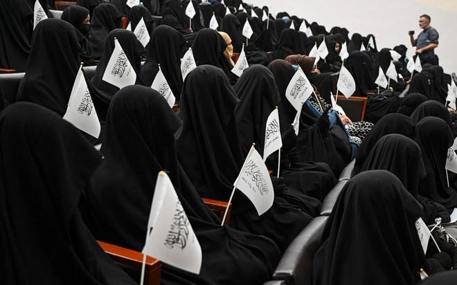 Bộ đồ kỳ lạ của phụ nữ Afghanistan: Phải bịt kín mắt để đi học, lo ngại lớn về lời hứa công bằng với phụ nữ của Taliban - ảnh 3