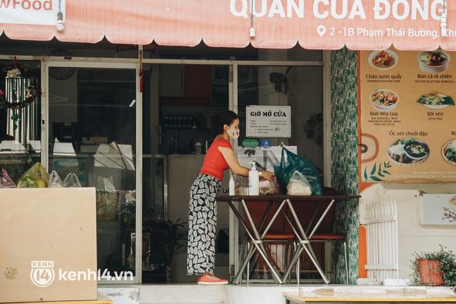 Ngày đầu quận 7 tái hoạt động: Quán ăn bán trực tiếp cho người dân mang về, cửa hàng điện thoại, tiệm sửa xe đã mở lại - ảnh 4