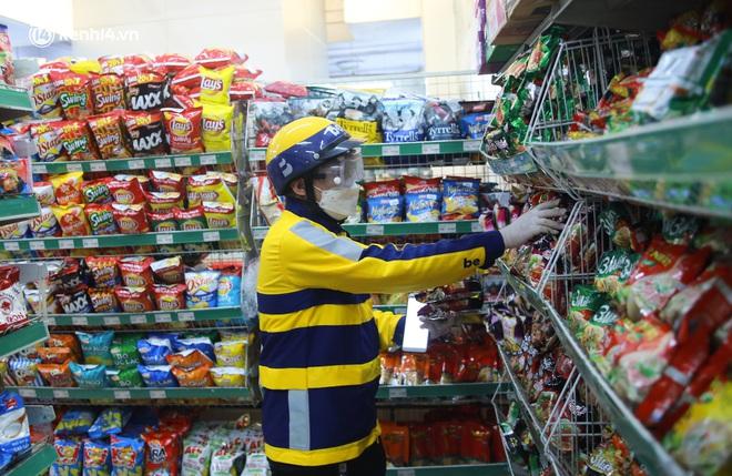 Ảnh: Một quận ở Hà Nội thí điểm đi chợ hộ cho người dân bằng xe công nghệ qua ứng dụng giao hàng - ảnh 2