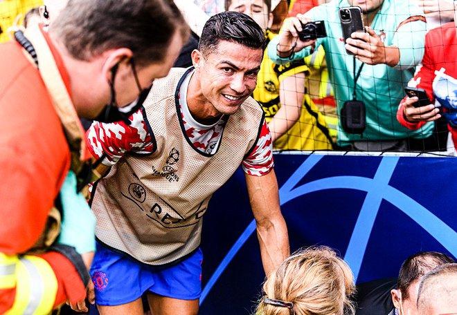 Nữ nhân viên an ninh sung sướng vì được tặng áo sau khi bị Ronaldo đá bóng trúng đầu - ảnh 10