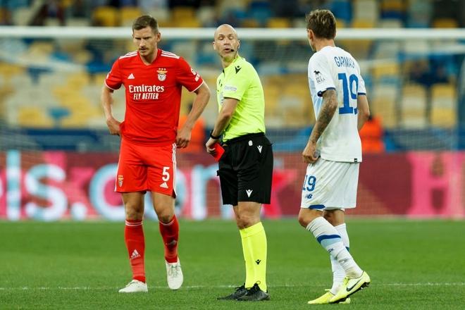Trọng tài từng được ví người hùng cứu Eriksen mắc sai lầm ngớ ngẩn, rút thẻ đỏ đuổi oan cầu thủ - ảnh 4