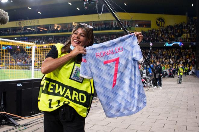 Nữ nhân viên an ninh sung sướng vì được tặng áo sau khi bị Ronaldo đá bóng trúng đầu - ảnh 1