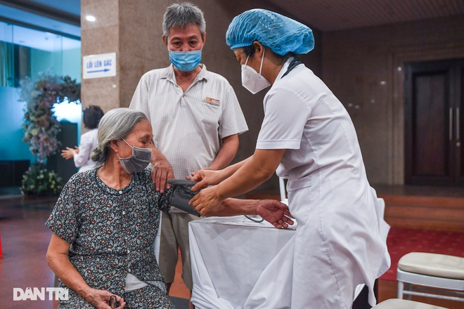 Diễn biến dịch ngày 15/9: Hà Nội phong tỏa khu dân cư hơn 1.300 dân; TP.HCM thống nhất lộ trình mở cửa kinh tế theo 3 giai đoạn - Ảnh 1.