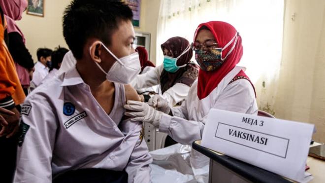 Tin giả và tâm lý lo ngại khiến châu Á tụt lại trong chiến dịch tiêm vaccine Covid-19 - ảnh 1