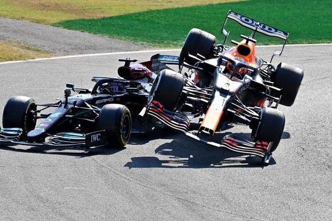 Lạnh tóc gáy khoảnh khắc ĐKVĐ F1 thế giới suýt mất mạng vì bị bánh xe của đối thủ cạnh tranh chèn qua đầu - ảnh 1