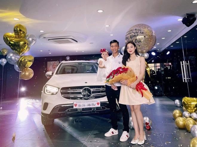Văn Đức sắm Mercedes tặng vợ, rước đèn trung thu sớm cùng con gái - ảnh 1