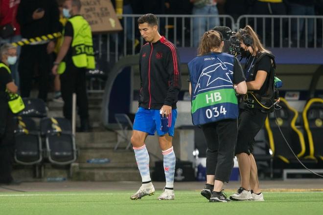 Nữ nhân viên an ninh sung sướng vì được tặng áo sau khi bị Ronaldo đá bóng trúng đầu - ảnh 13