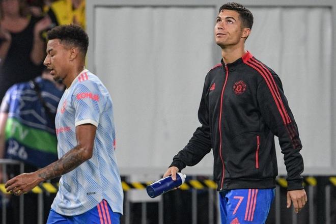 Nữ nhân viên an ninh sung sướng vì được tặng áo sau khi bị Ronaldo đá bóng trúng đầu - ảnh 12