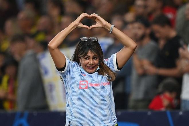 Nữ nhân viên an ninh sung sướng vì được tặng áo sau khi bị Ronaldo đá bóng trúng đầu - ảnh 3