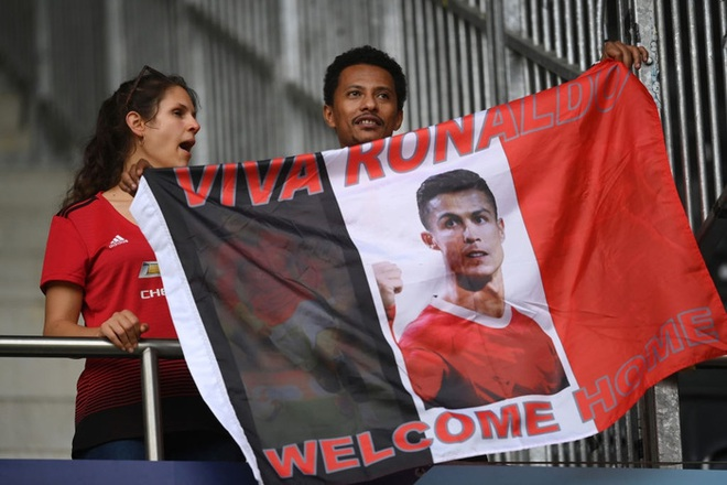 Fan Young Boys thi nhau mang biển xin áo Ronaldo - ảnh 3