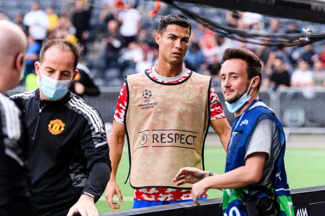 Nữ nhân viên an ninh sung sướng vì được tặng áo sau khi bị Ronaldo đá bóng trúng đầu - ảnh 6