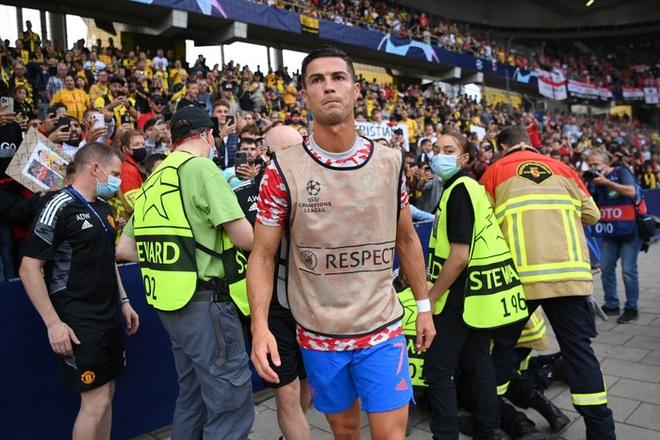 Ronaldo đá bóng trúng đầu nhân viên an ninh - ảnh 9