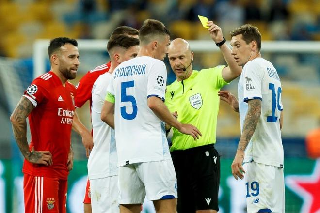 Trọng tài từng được ví người hùng cứu Eriksen mắc sai lầm ngớ ngẩn, rút thẻ đỏ đuổi oan cầu thủ - ảnh 1