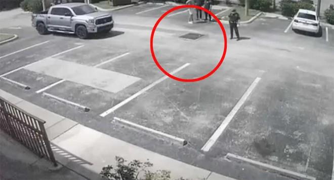 Nghe tiếng kêu cứu dưới cống, anh chàng thử nhìn xuống thì phát hiện người phụ nữ khoả thân, tư thế khiến cảnh sát nghi ngờ - ảnh 1