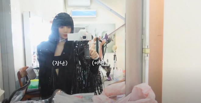 Soi chiếc máy ảnh Lisa (BLACKPINK) dùng để quay vlog, choáng vì giá đắt hơn cả iPhone 13 mới ra mắt - ảnh 2