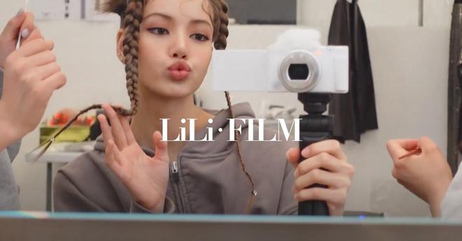 Soi chiếc máy ảnh Lisa (BLACKPINK) dùng để quay vlog, choáng vì giá đắt hơn cả iPhone 13 mới ra mắt - ảnh 1