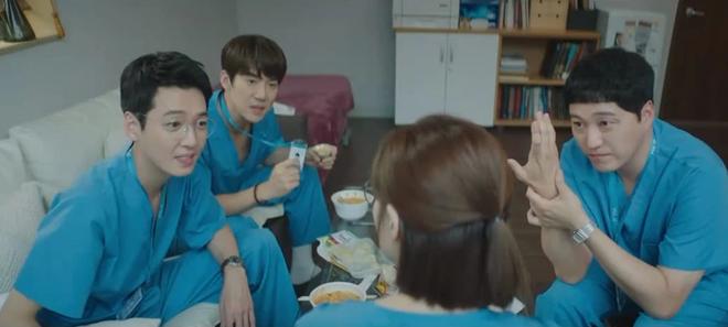 Hospital Playlist 2 TẬP CUỐI kết thúc viên mãn mà dang dở: Ik Jun - Song Hwa yêu nhau tới bến, đôi Bồ Câu vẫn mập mờ? - ảnh 2
