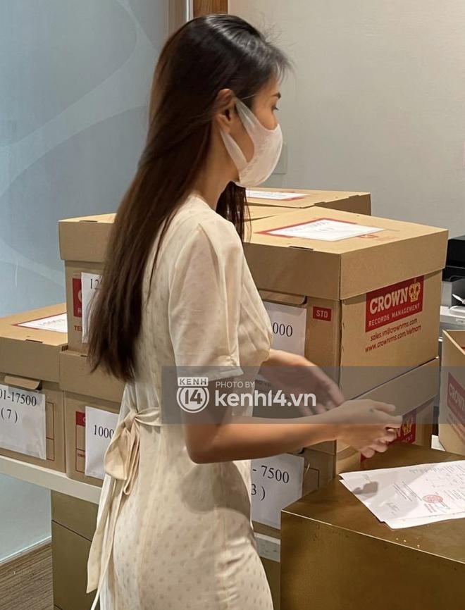 Cận cảnh chồng thùng giấy chứa 18.000 tờ sao kê 177 tỷ kêu gọi cứu trợ miền Trung của vợ chồng Thuỷ Tiên - Công Vinh! - ảnh 3