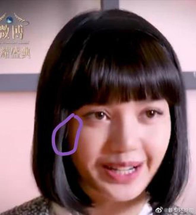 Đội tóc giả rồi cười thả ga, Lisa khiến người ta giật cả mình! - ảnh 8