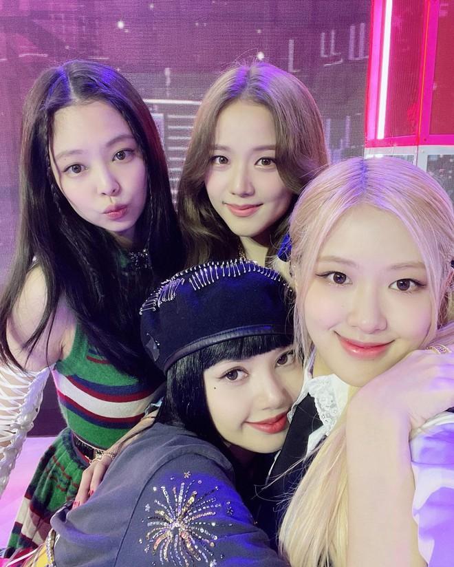 Hội chị em BLACKPINK đến thăm Lisa quay MV solo: Jisoo - Jennie lộ mặt mộc, Rosé đội cái gì đây mà em út cười tít mắt? - ảnh 13