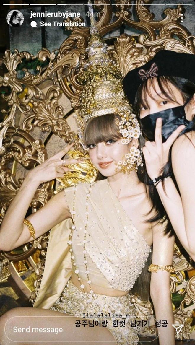 Hội chị em BLACKPINK đến thăm Lisa quay MV solo: Jisoo - Jennie lộ mặt mộc, Rosé đội cái gì đây mà em út cười tít mắt? - ảnh 12