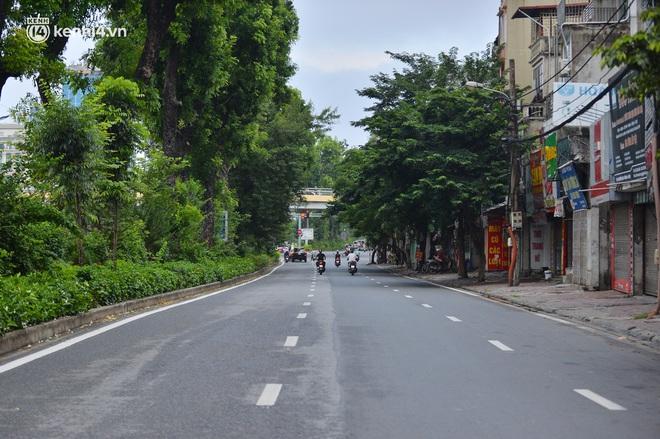 Ảnh: Đường phố Hà Nội đông nghịt sau khi dỡ bỏ toàn bộ chốt phân vùng, nới lỏng giãn cách xã hội - Ảnh 11.
