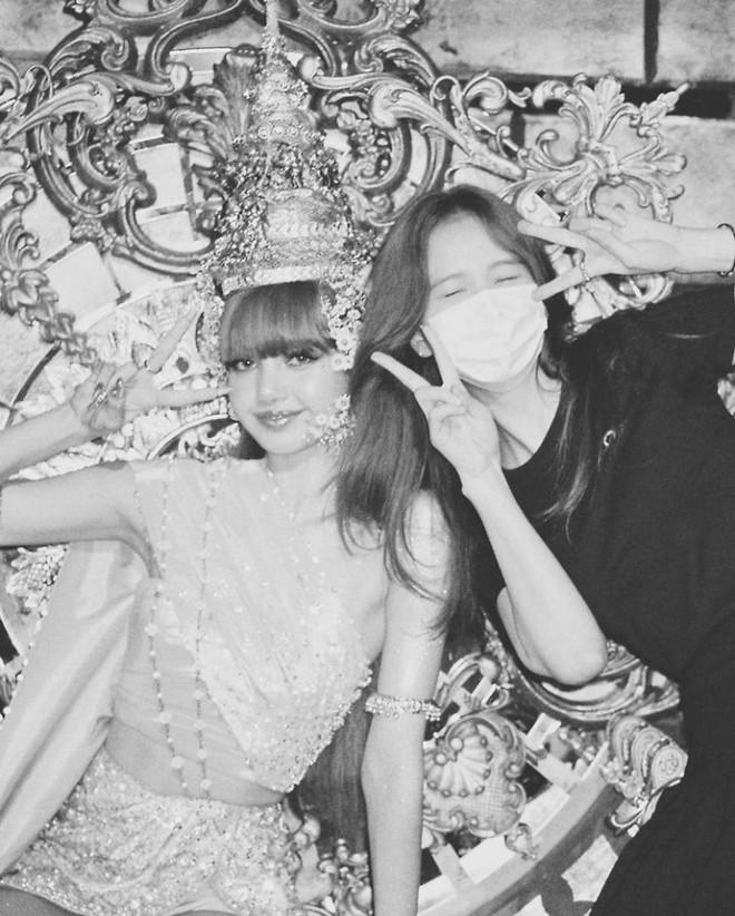 Hội chị em BLACKPINK đến thăm Lisa quay MV solo: Jisoo - Jennie lộ mặt mộc, Rosé đội cái gì đây mà em út cười tít mắt? - ảnh 11