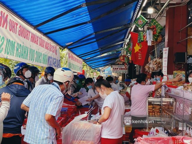 Xe hơi xếp hàng chờ mua bánh Trung thu ở Sài Gòn, mùa này chỗ nào cũng vắng chứ Như Lan thì chưa bao giờ! - Ảnh 1.