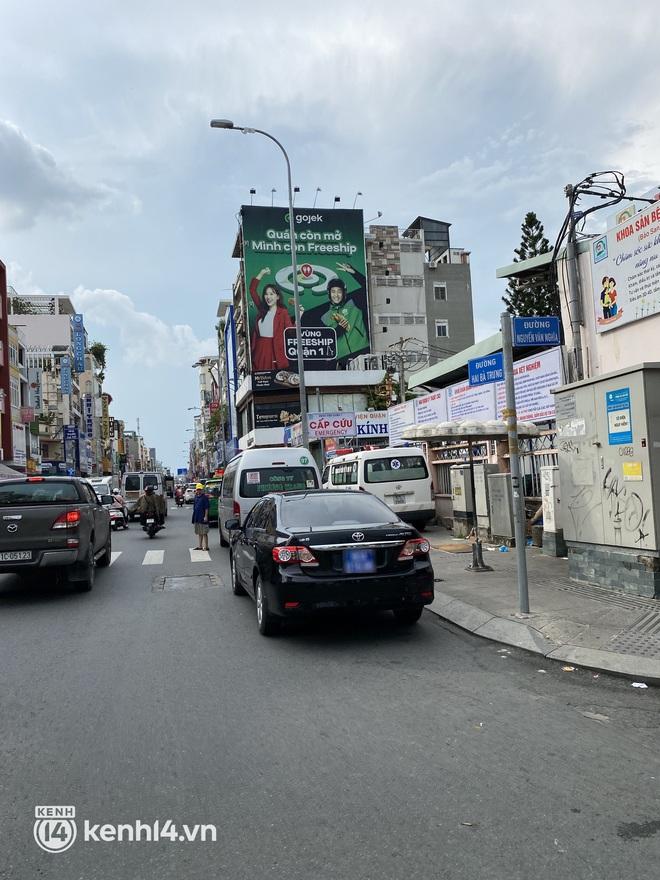 Xe hơi xếp hàng chờ mua bánh Trung thu ở Sài Gòn, mùa này chỗ nào cũng vắng chứ Như Lan thì chưa bao giờ! - Ảnh 5.