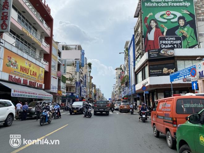 Xe hơi xếp hàng chờ mua bánh Trung thu ở Sài Gòn, mùa này chỗ nào cũng vắng chứ Như Lan thì chưa bao giờ! - Ảnh 4.