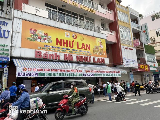 Xe hơi xếp hàng chờ mua bánh Trung thu ở Sài Gòn, mùa này chỗ nào cũng vắng chứ Như Lan thì chưa bao giờ! - Ảnh 8.