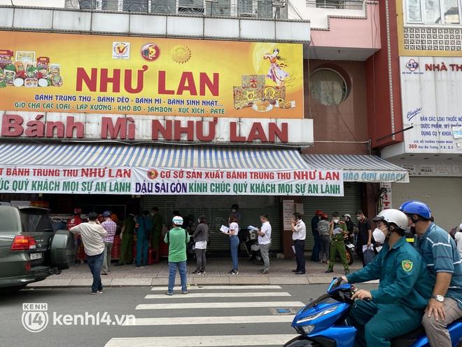 Xe hơi xếp hàng chờ mua bánh Trung thu ở Sài Gòn, mùa này chỗ nào cũng vắng chứ Như Lan thì chưa bao giờ! - Ảnh 7.