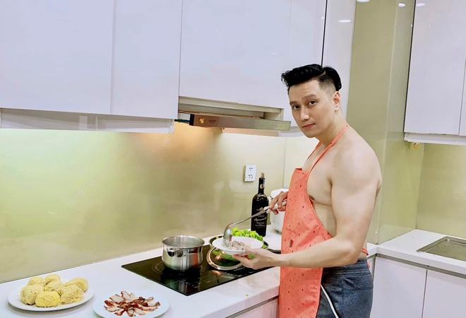 Việt Anh cởi trần vào bếp, bị netizen soi hint sống chung với Quỳnh Nga? - ảnh 1