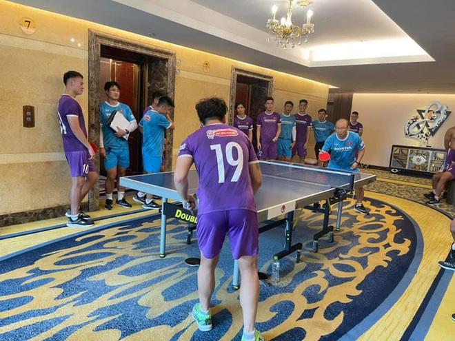 Quang Hải so kèo bóng bàn với HLV Park Hang-seo, Công Phượng và dàn khán giả hùng hậu chăm chú theo dõi - ảnh 1