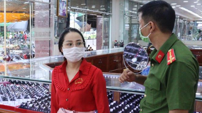 Khám xét nơi ở của nữ nhân viên trộm hơn 2.300 nhẫn vàng ở Bình Phước - ảnh 1