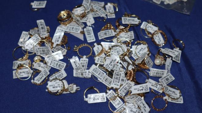 Khám xét nơi ở của nữ nhân viên trộm hơn 2.300 nhẫn vàng ở Bình Phước - ảnh 2