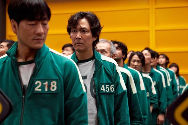 Bom tấn sinh tồn Hàn của Netflix ra mắt số điểm quá ổn áp, ông hoàng phim hành động Lee Jung Jae gửi lời chào khán giả Việt - ảnh 4