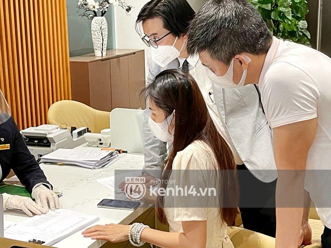 Chùm ảnh ĐỘC QUYỀN: Tất tần tật quá trình Thuỷ Tiên - Công Vinh làm thủ tục với 18.000 văn bản sao kê 177 tỷ trong ngân hàng! - ảnh 2