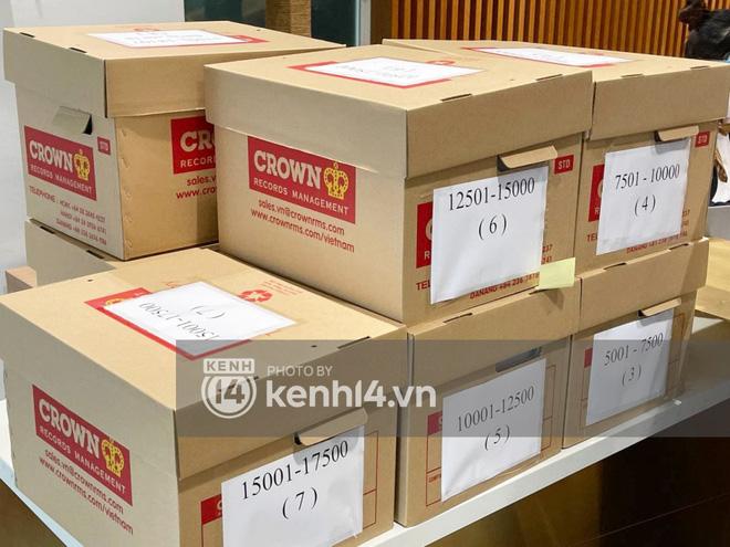 Cận cảnh chồng thùng giấy chứa 18.000 tờ sao kê 177 tỷ kêu gọi cứu trợ miền Trung của vợ chồng Thuỷ Tiên - Công Vinh! - ảnh 1