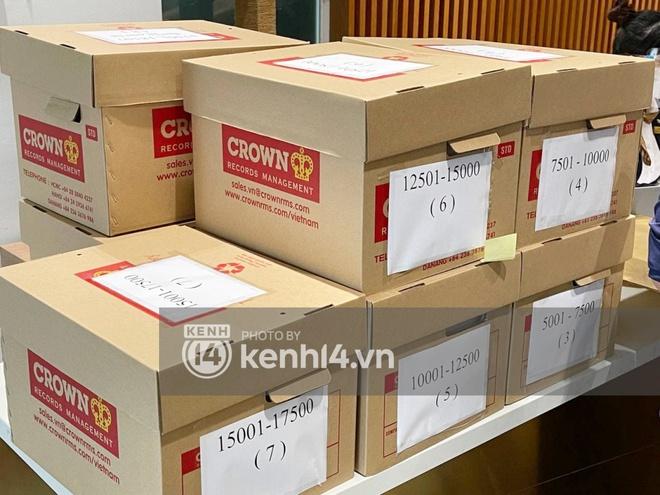 Cận cảnh chồng thùng giấy chứa 18.000 tờ sao kê 177 tỷ kêu gọi cứu trợ miền Trung của vợ chồng Thuỷ Tiên - Công Vinh! - ảnh 2