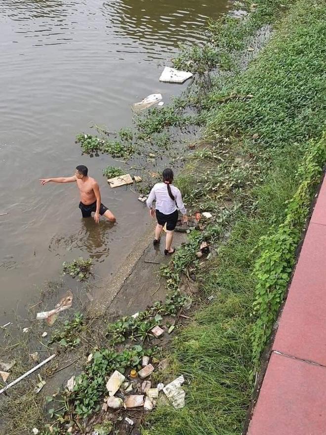 Clip chiến sĩ bơi một đoạn sông dài cứu người phụ nữ chới với giữa dòng khiến nhiều người nể phục: Không kém Michael Phelps - ảnh 4