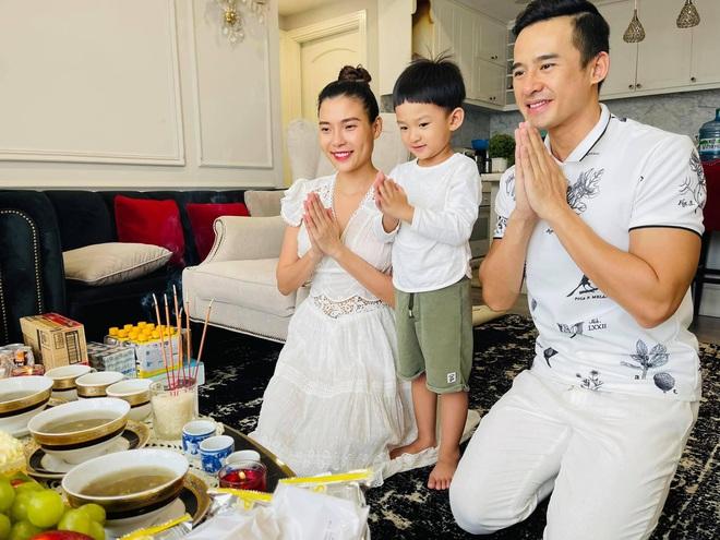 Showbiz Việt ngày Giỗ tổ sân khấu: Lý Hải - Khánh Vân và dàn sao Việt dâng lễ tại gia, Nam Thư muốn khóc vì tủi thân - ảnh 5