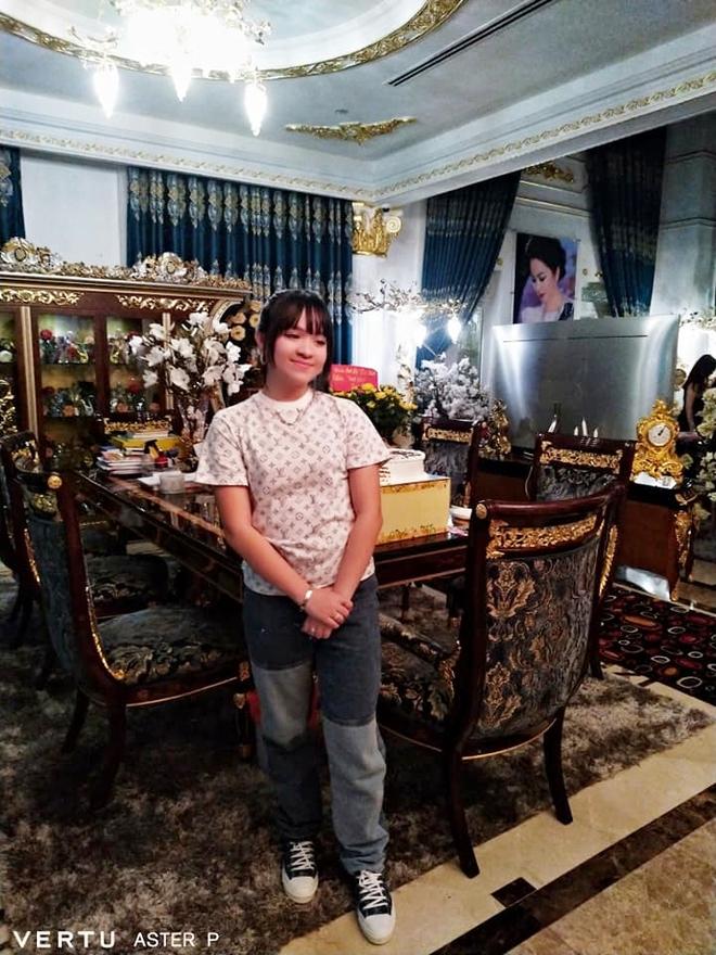 Thêm loạt ảnh mới bên trong lâu đài 2.400m2 giữa trung tâm Sài Gòn của CEO Đại Nam: Xa hoa hết cỡ! - ảnh 2