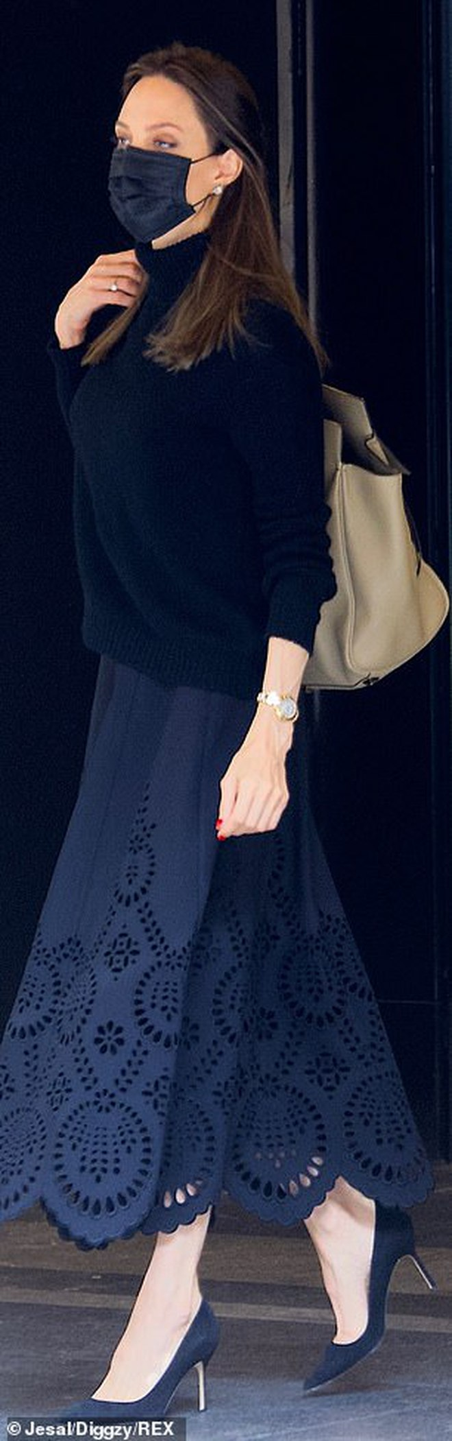 Vừa phát biểu tại Nhà Trắng, Angelina Jolie đã gây náo loạn sân bay: Đeo khẩu trang vẫn gây sốt vì visual đẹp hút hồn - Ảnh 3.
