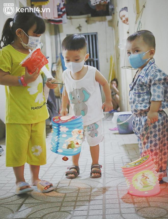 Trung thu buồn của trẻ em xóm trọ nghèo giữa đại dịch Covid-19: Bà ơi, ba mẹ con đâu rồi... - ảnh 10