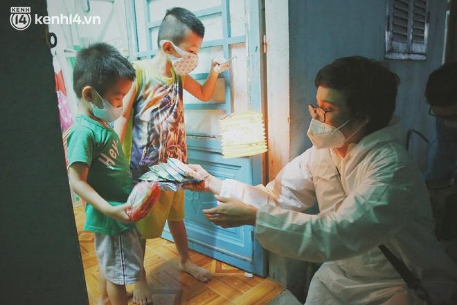Trung thu buồn của trẻ em xóm trọ nghèo giữa đại dịch Covid-19: Bà ơi, ba mẹ con đâu rồi... - ảnh 18