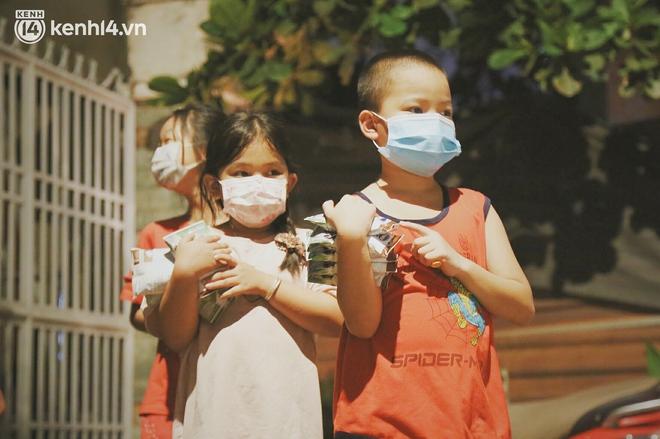 Trung thu buồn của trẻ em xóm trọ nghèo giữa đại dịch Covid-19: Bà ơi, ba mẹ con đâu rồi... - ảnh 23
